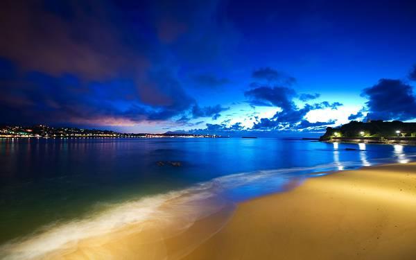 07.ライトアップされた海辺の夜の街を撮影した美しい写真壁紙画像