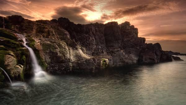 08.切り立った崖と滝を撮影したクールな写真壁紙画像