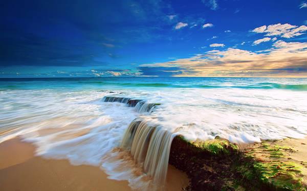 10.鮮やかな青空と海辺の風景を撮影した高解像度な写真壁紙画像