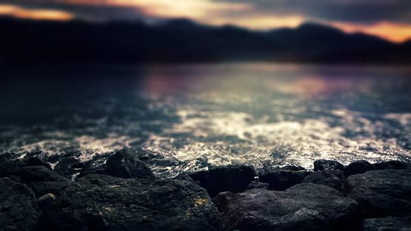 12.ゴツゴツした岩肌と海岸の風景を撮影した高解像度な写真壁紙画像