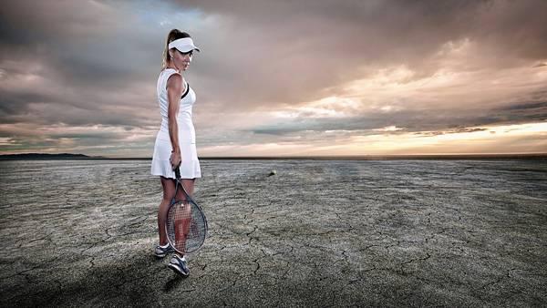 01.テニスウェアとラケットを持って荒野に佇む女性の写真壁紙画像