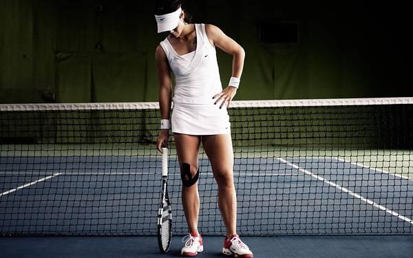 02.テニスコートに立つ女性プレイヤーを撮影した写真壁紙画像