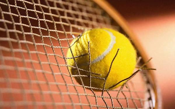 05.テニスラケットのストリングを突き破ったボールの写真壁紙画像