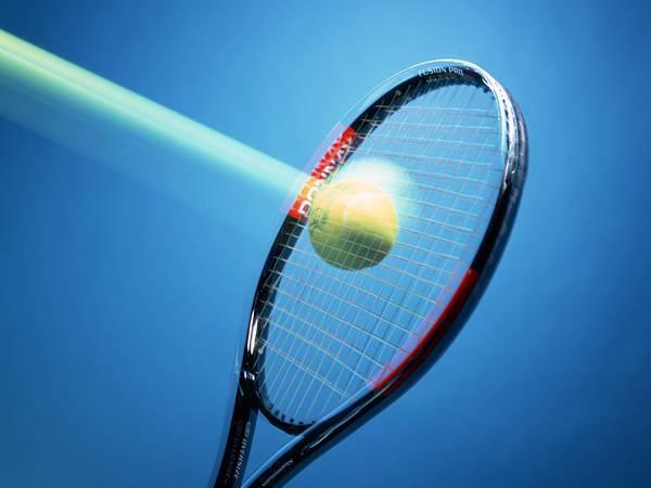 07.テニスラケットにボールが当たる瞬間を撮影した写真壁紙画像