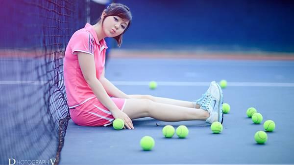 08.コートに座るテニスウェアを着た女の子の綺麗な写真壁紙画像