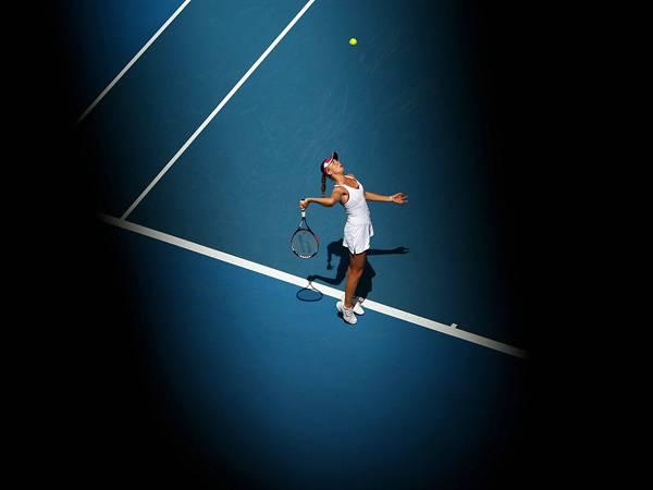 09.サーブを打つ瞬間の女性テニスプレーヤーのカッコイイ写真壁紙画像