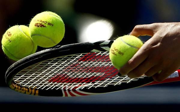 11.ラケットに乗せたテニスボールを撮影した綺麗な写真壁紙画像