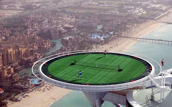 12.ドバイの超高層ビルの上のテニスコートの絶景な写真壁紙画像