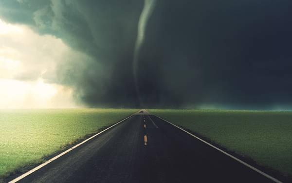 07.どこまでもまっすぐに続く道路の向こうから近づいてくる竜巻のイラスト壁紙