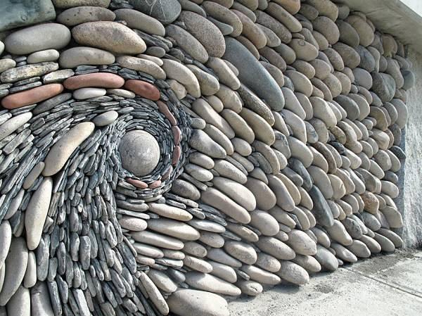 石を敷き詰めて作る美しいモザイク壁画 - 01