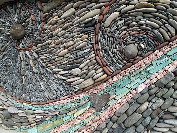 石を敷き詰めて作る美しいモザイク壁画 - 02