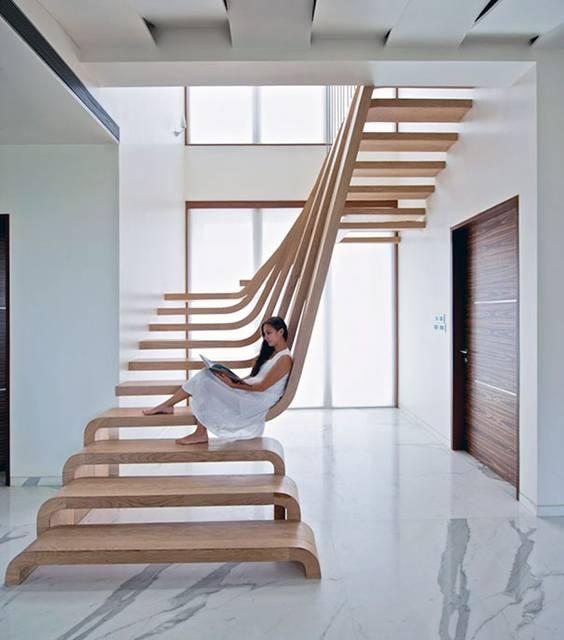 踏み板がそのまま背もたれにもなる優雅な階段デザイン。