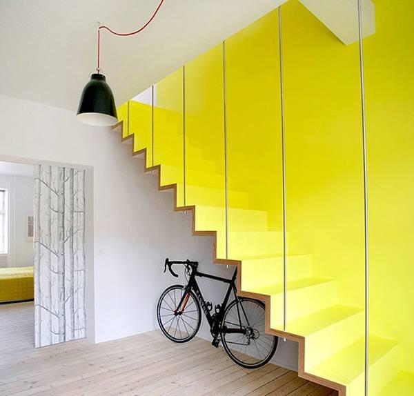 階段裏が収納になっているシンプルなデザイン。
