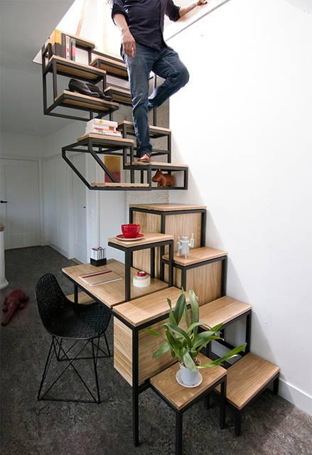 こちらは階段にデスクを組み込んだ例。