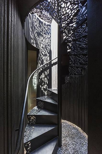 レース風の装飾を施したデザインの階段。