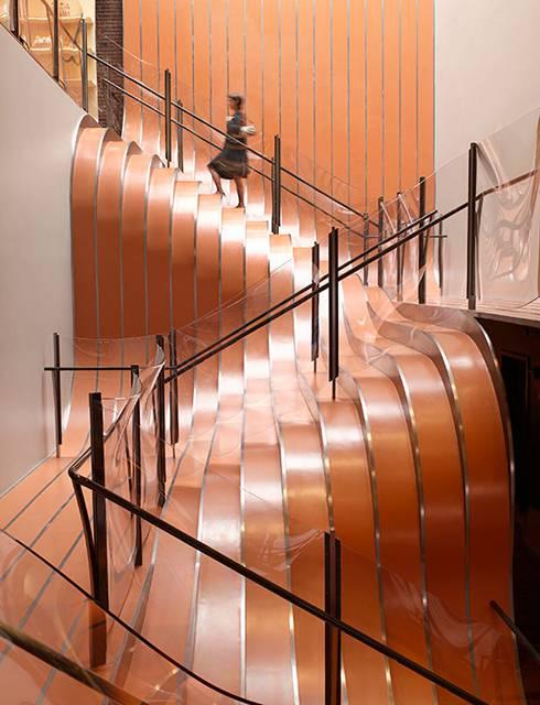 床板がせり上がって出来たようなデザインの階段。