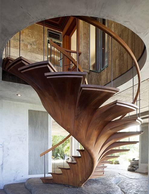 大木を切り出して作ったような有機的なデザインの階段。
