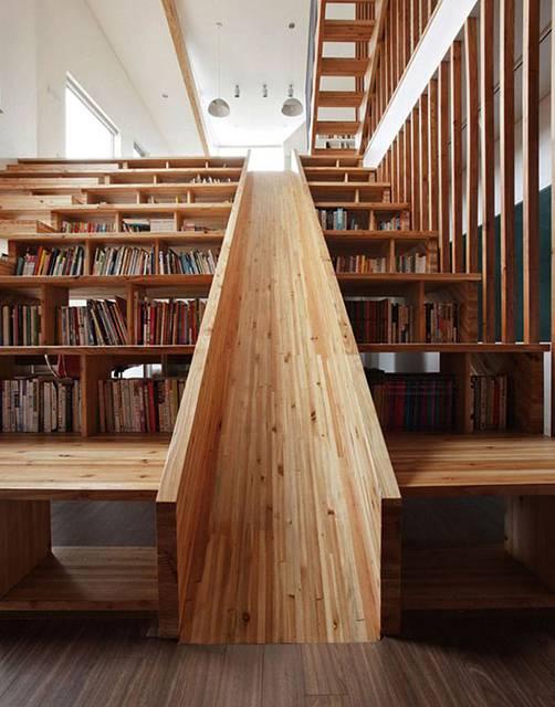 真ん中は滑り台になっていて、段の内側に本が収納出来ます。