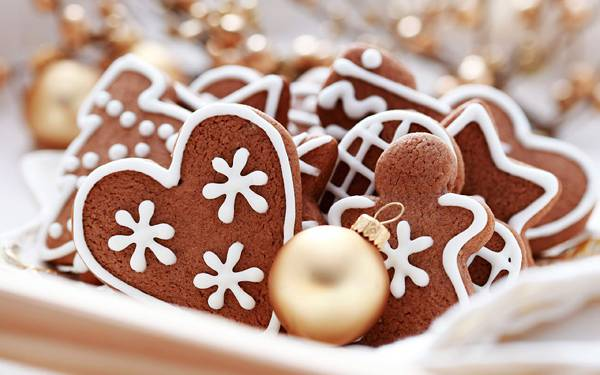 02.お皿に入ったクリスマスボールとクッキーの美しい写真壁紙画像