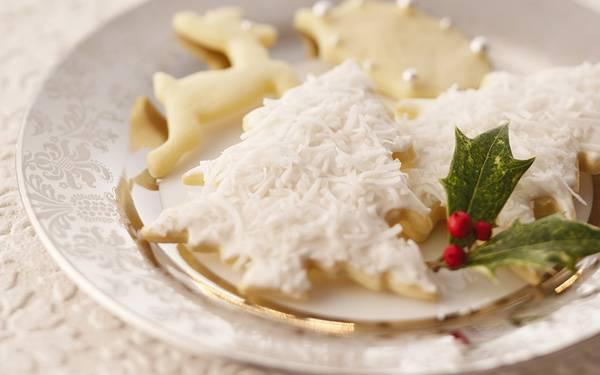 03.お皿に盛りつけたクリスマスクッキーと柊の葉の綺麗な写真壁紙画像