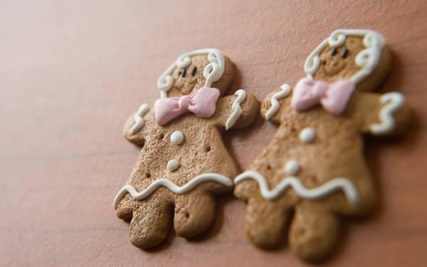 04.可愛くデコレーションしたクリスマスジンジャーブレッドマンクッキーの写真壁紙画像