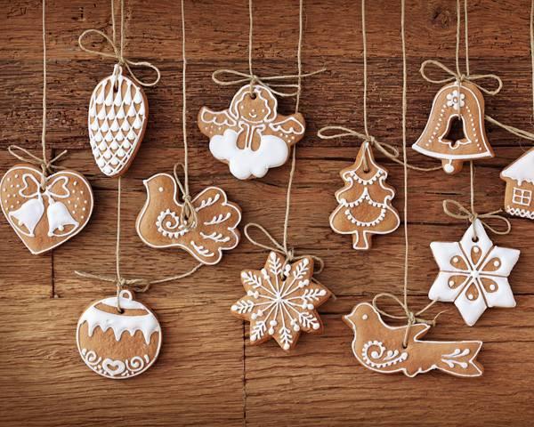 06.紐に吊るした可愛いクリスマスクッキーを撮影した写真壁紙画像