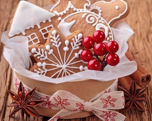 08.箱に入ったクリスマスクッキーと柊の実の可愛い写真壁紙画像