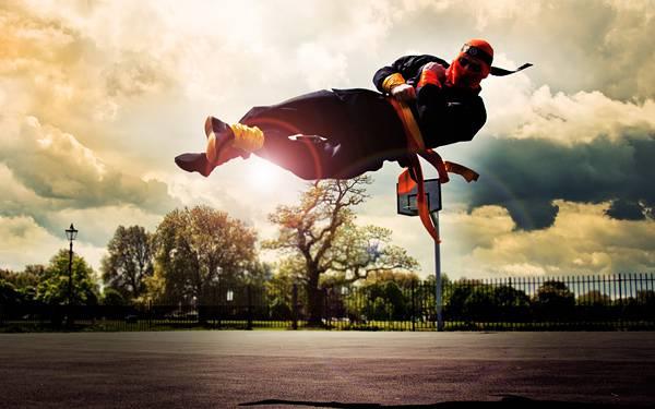 06.アクロバティックな蹴りを繰り出す忍者風の男の写真壁紙画像