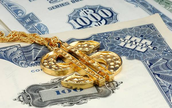 09.金で出来たドル型のネックレスを撮影した写真壁紙画像