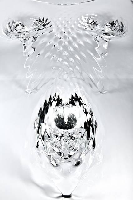 完璧な液体デザインの美しいガラステーブル - 05