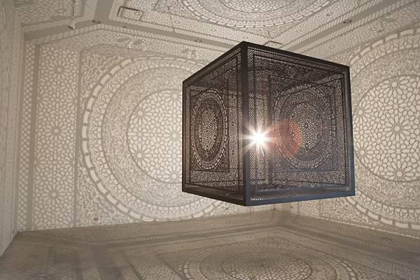 一瞬で部屋中を神聖なアート空間に!超細密なランプシェード - 01