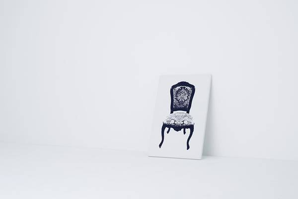 どう見ても壁に立て掛けられたソファーの絵です。