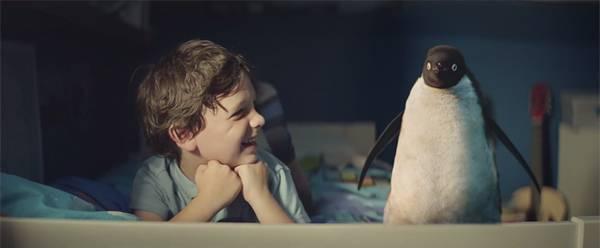 男の子とペンギンのモンティはとっても仲良し。