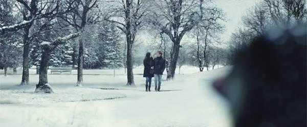 そこにあったのは、雪の中を身を寄せて歩く仲の良いカップル。