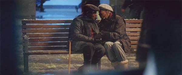 そこにあったのは、ベンチに座る仲の良い老夫婦。