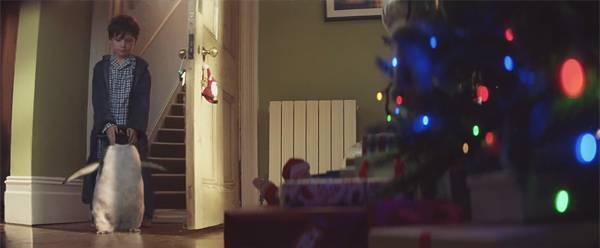 モンティをプレゼントの前に連れて行く男の子。