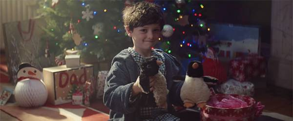 なんと2匹のペンギンのぬいぐるみで遊ぶ男の子の姿。