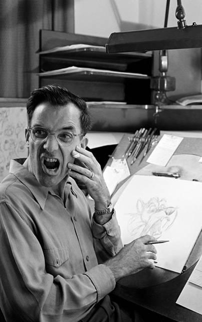 自分の顔を鏡で見ながら描くディズニーアニメーター達 - 02