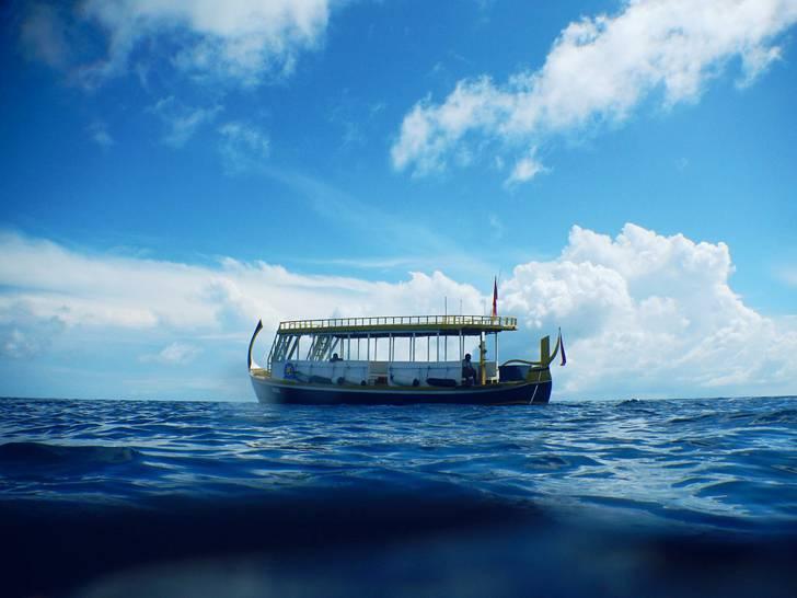 青空と海の上の船の写真