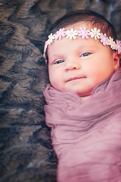 花のヘアバンドの可愛い赤ちゃん