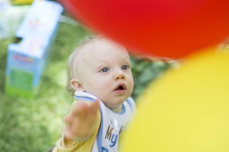 風船で遊ぶ可愛い赤ちゃん