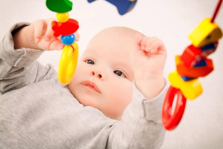 おもちゃで遊ぶ赤ちゃんの写真素材