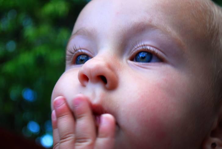口に手を当てる可愛い赤ちゃん