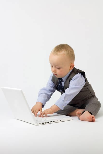 ノートPCで仕事する赤ちゃん