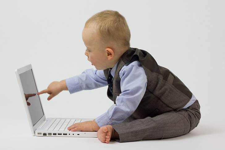 ノートPCを使うスーツ姿の赤ちゃん