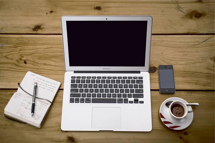 ウッドデスクの上のMacBookAirの写真素材