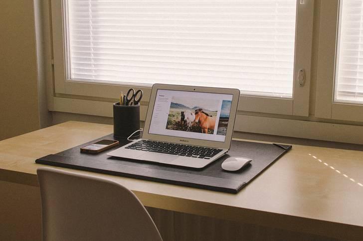 シンプルなオフィスのMacBookAir