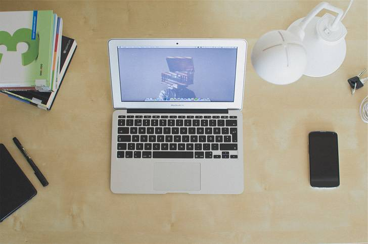 明るいデスクトップのMacBookAirの写真