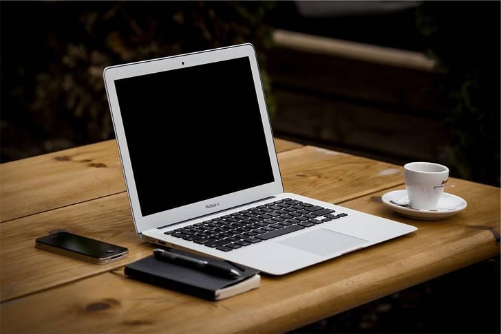 オシャレな木目の机の上のMacBook