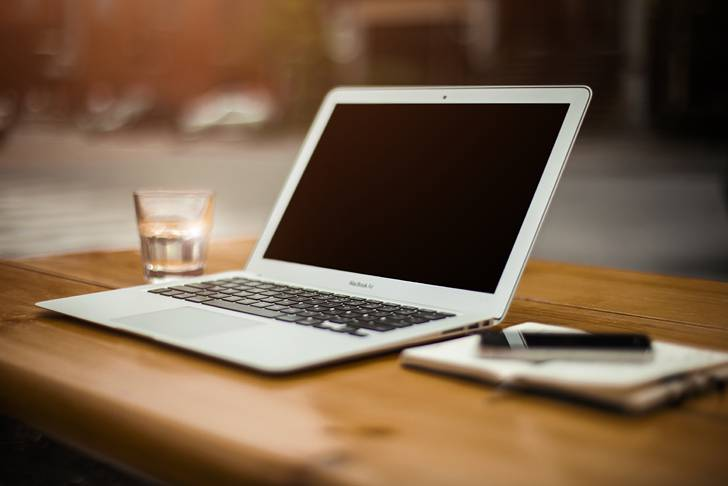 オープンテラスのMacのオシャレな写真